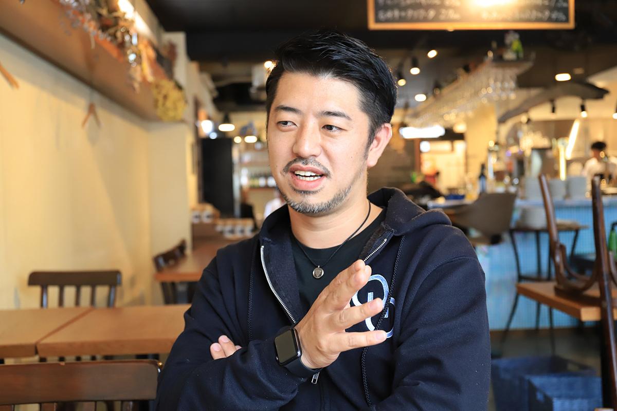 野間さん「単純に、今いる店長たちの給料を上げたいんです。僕は沖縄に来る前は東京で飲食の仕事をしていたんですけど、沖縄に来て、外食産業の社会的地位みたいなものが低いなと感じました。沖縄には前職の転勤で来たんですけど、ここで飲食をやることになってからは、沖縄県内で外食産業の地位を上げたいと思ってここまできました。」