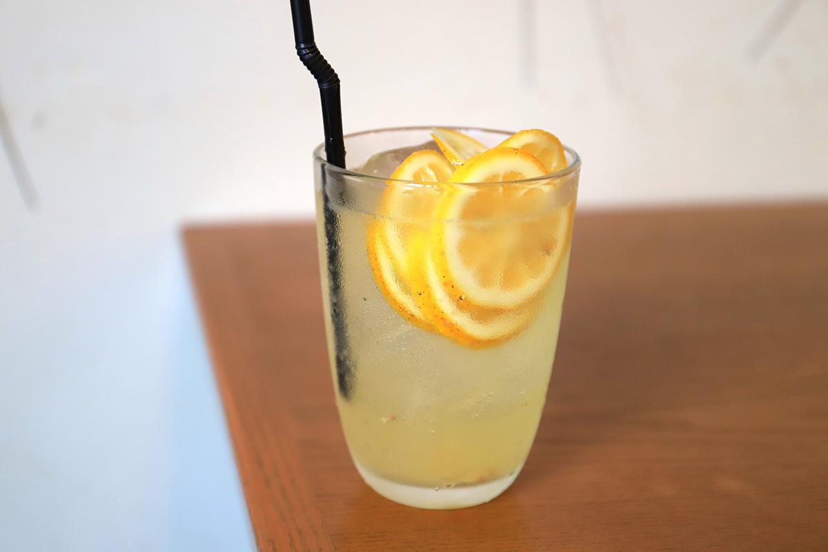 (実際に飲ませてもらったレモネード。自然の甘みとレモンの香り、さっぱりしたほどよい酸味は、湿度の高い沖縄にぴったり。)