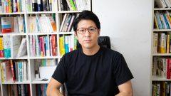 沖縄天ぷらでおなじみの「上間弁当天ぷら店」を営む「株式会社上間フードアンドライフ」の2代目社長である上間 喜壽(うえま よしかず)さん。2億の負債を抱えたまま2代目として受け継ぎ、経営をV字回復させただけでなく、7年間で売上を1億から約5倍の5億まで増やした上間さん。その後も沖縄ファミリーマートと連携したホットフード販売や、ケータリングサービス「CATER4U.」の設立、再建ノウハウを活かした企業経営のコンサルティング会社「U&I株式会社」の設立など、勢いが止まらない。